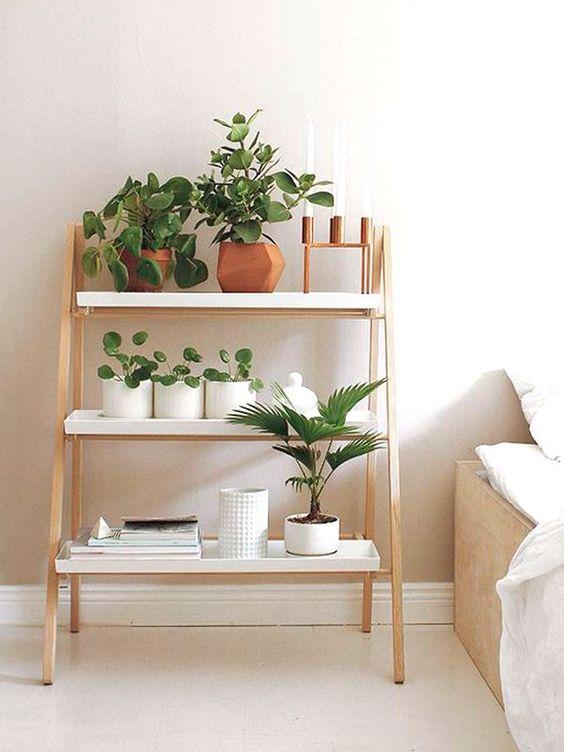 Quarto com estante escada pequena ao lado da cama