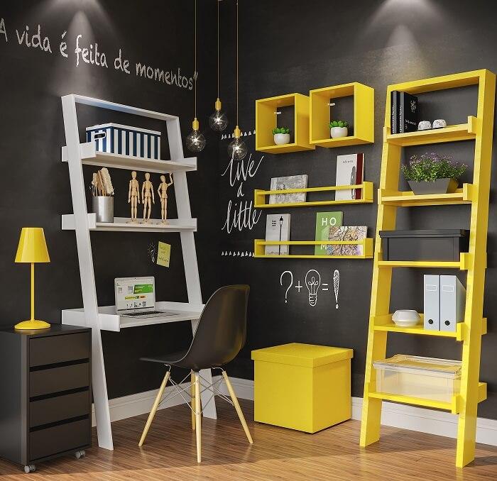 Quarto de estudos com estante escada nas cores branca e amarela