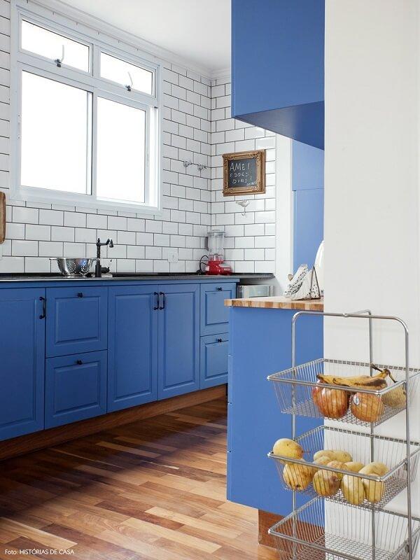Que tal uma cozinha vintage com azulejo metrô branco?