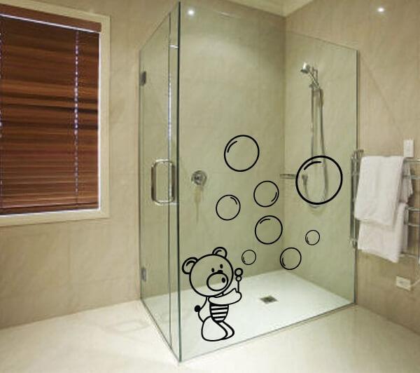 Que tal ursinhos com bolhas para a hora do banho com esse adesivo para box de banheiro