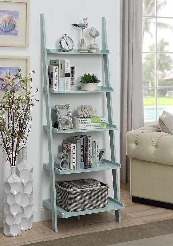 Sala com estante escda azul clara e vasos de plantas