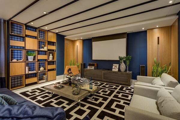 Sala de estar ampla com nichos e tapete preto e branco