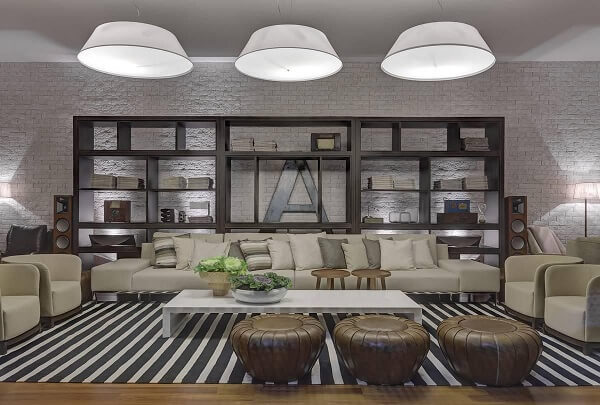 Sala de estar ampla com tapete listrado preto e branco gigante