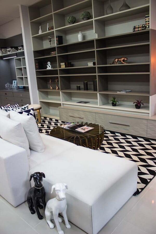 Sala moderna com tapete preto e branco e chaise
