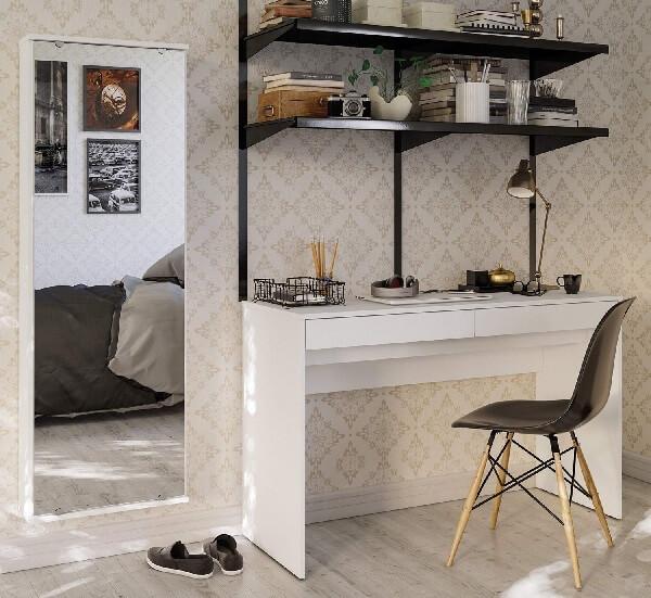 Sapateira com espelho embutida na parede aumenta a área de circulação no quarto