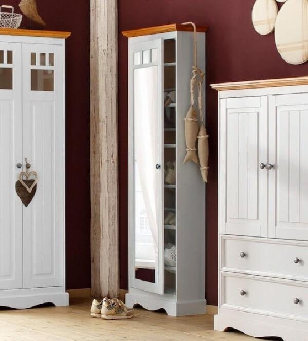 Sapateira com espelho feita com acabamento de madeira