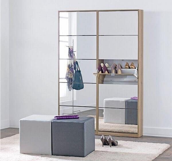 Sapateira com espelho repartida em diversos nichos para organizar os sapatos