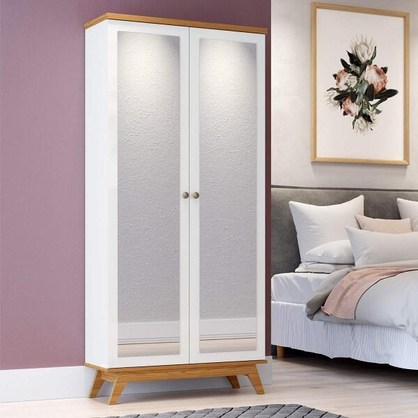 Sapateira com espelho retrô duas portas, feita com acabamento branco e madeira aparente