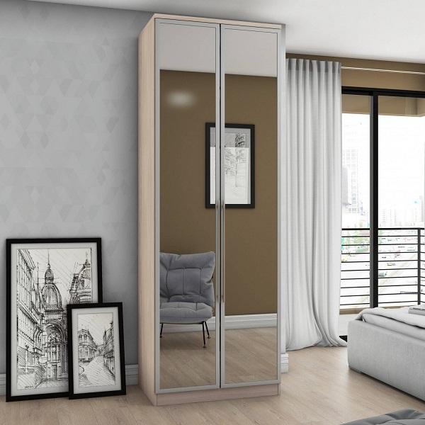 Sapateira com espelho duas portas maximiza o ambiente do quarto de casal