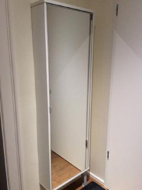 Sapateira com espelho embutida na parede atrás da porta