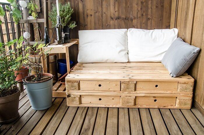Simplicidade e conforto nessa varanda de madeira