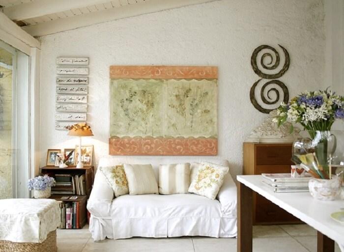 Sofá com capa branca e decoração clean
