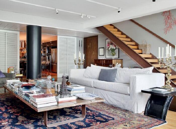 Sofá com capa branca se harmoniza com a decoração do espaço