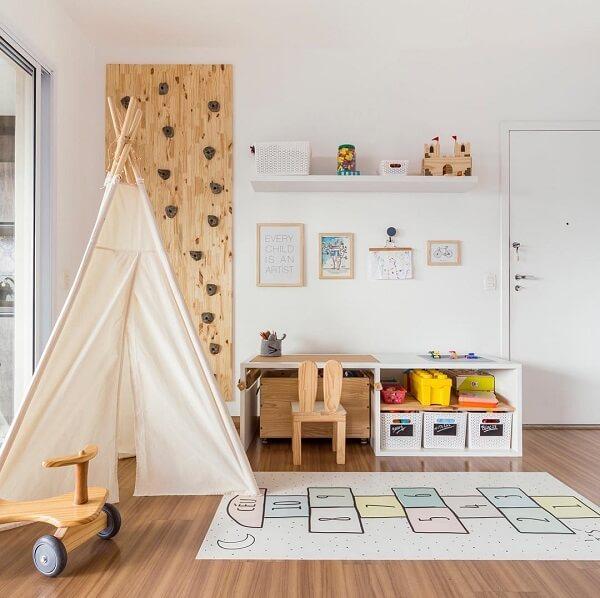 Tapete emborrachado para quarto infantil com design de amarelinha