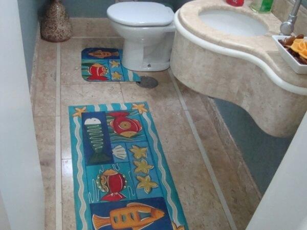 Tapete emborrachado para banheiro pintado