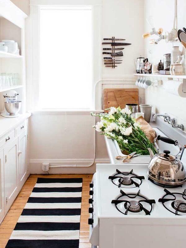 Tapete emborrachado para cozinha com listras em branco e preto