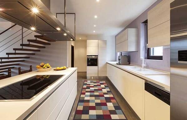 Tapete emborrachado para cozinha se destaca em meio a decoração clean