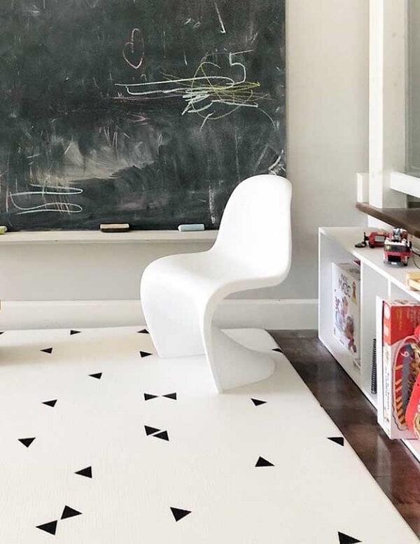 Tapete emborrachado para decoração minimalista em tons de branco com detalhes em preto