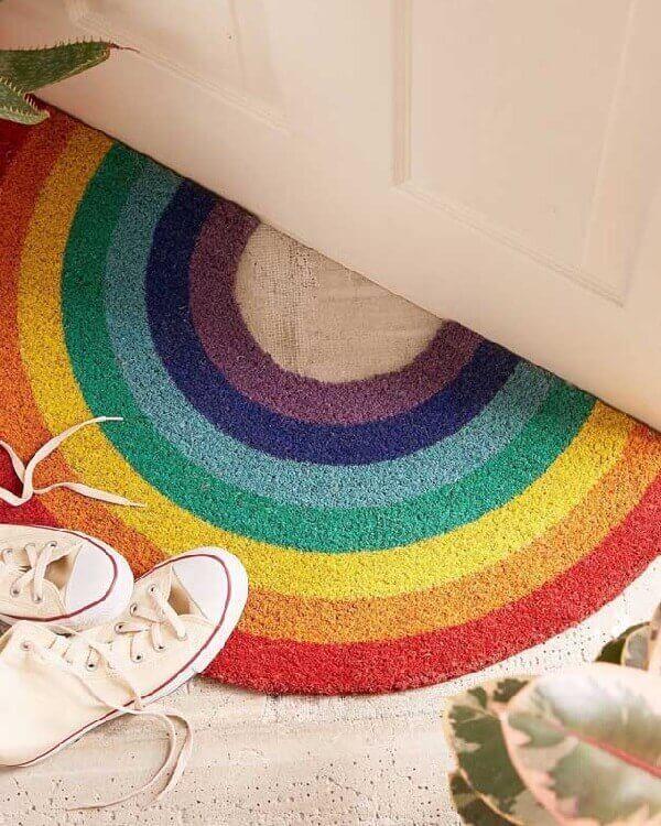 Tapete emborrachado para entrada de casa em tons de arco íris