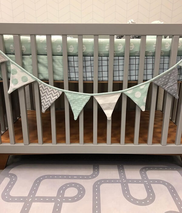 Tapete emborrachado para quarto de bebê com desenho de pistas