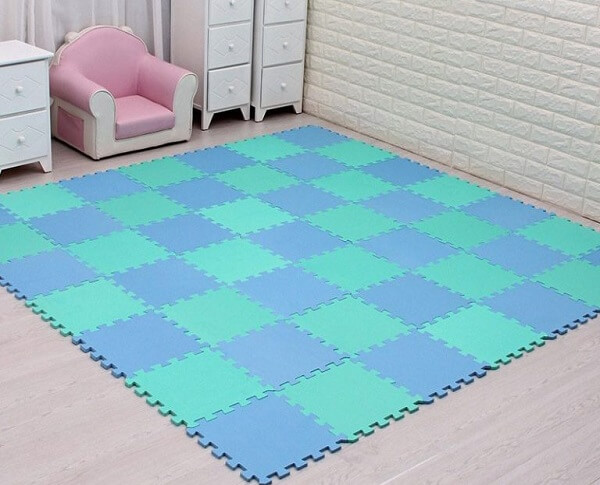 Tapete emborrachado para quarto infantil em tons de azul