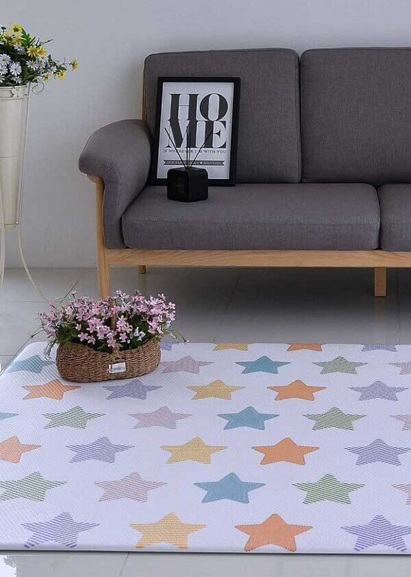 Tapete emborrachado para sala com desenho de estrelas super fofo