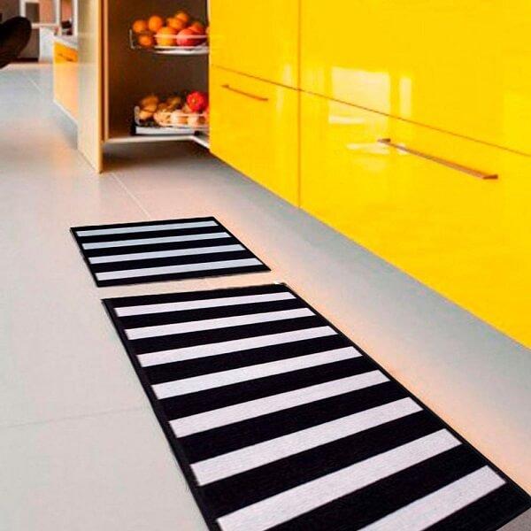 Tapete listrado preto e branco para cozinha
