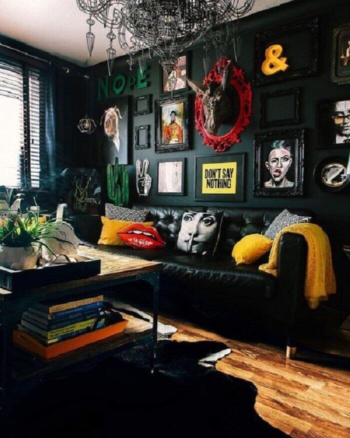 Tecido para sofá de couro preto destaca objetos decorativos do ambiente