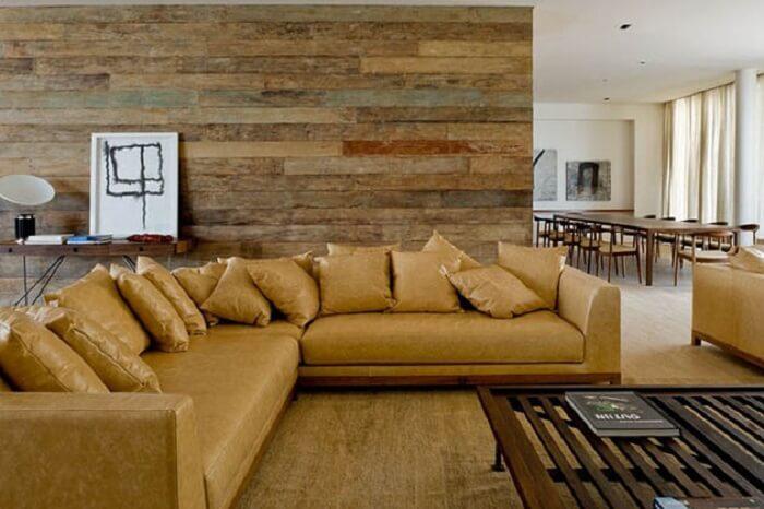 Tecido para sofá feito de couro e almofadas seguindo o mesmo estilo