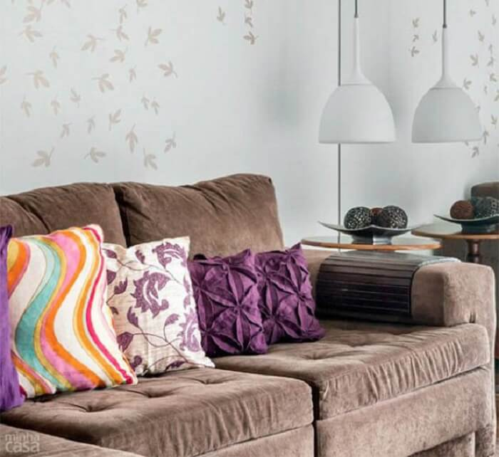 Tecido para sofá suede marrom e almofadas coloridas