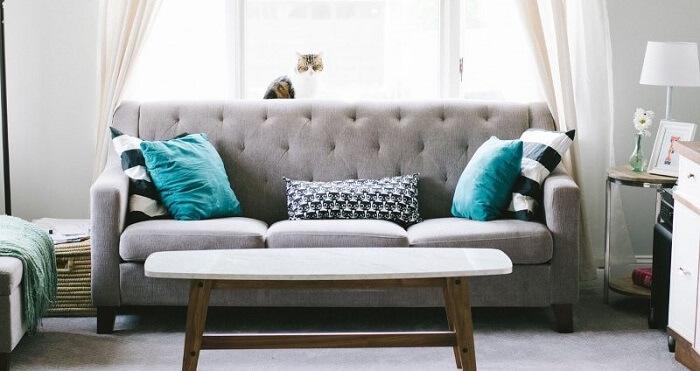 Tecido para sofá suede e mesa de centro de madeira