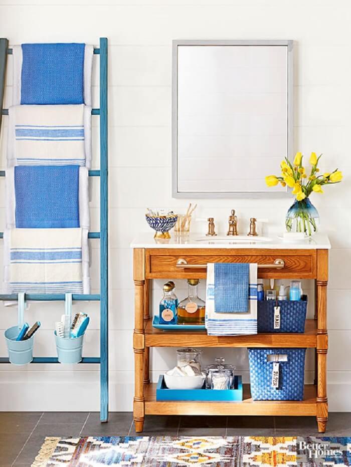 Traga cor para o banheiro incluindo uma estante escada no tom azul