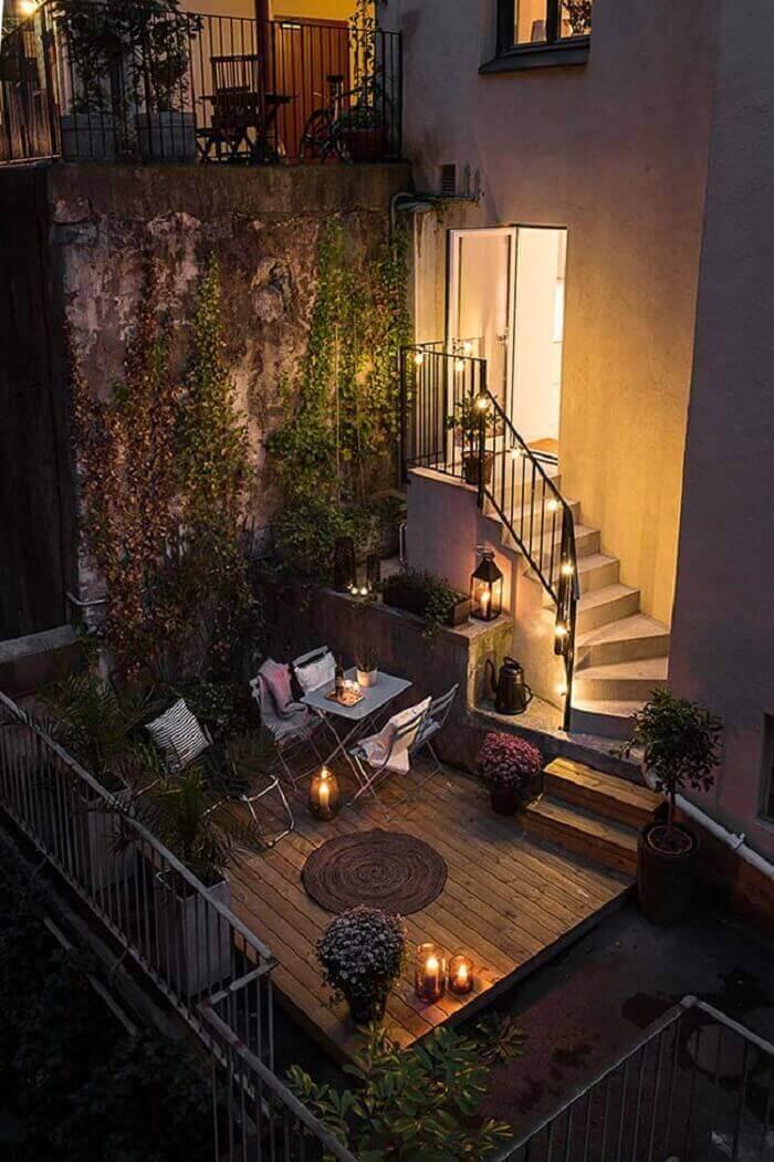 Uma varanda de madeira super charmosa com iluminação especial