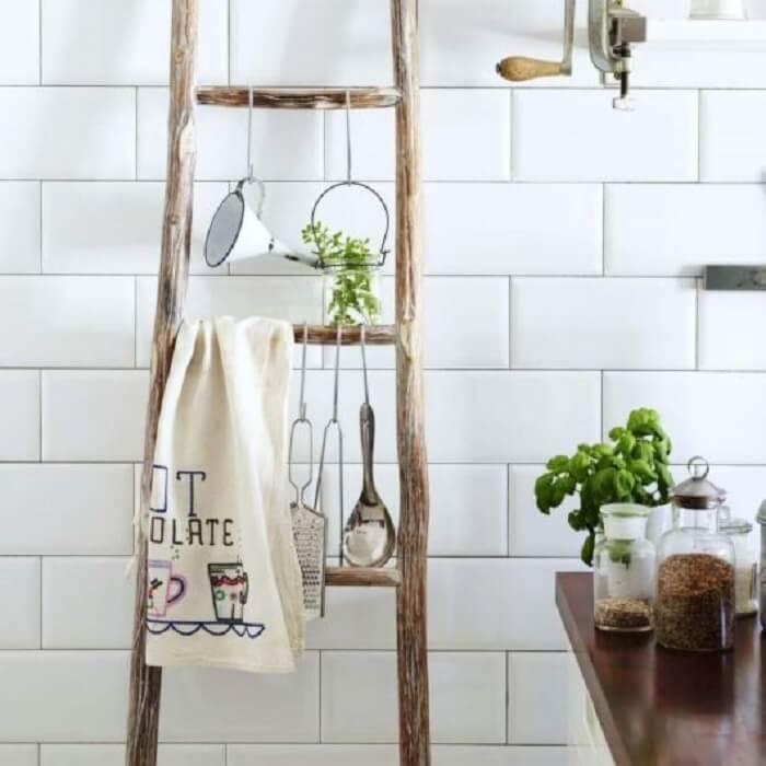 Utilize uma estante escada madeira para o banheiro