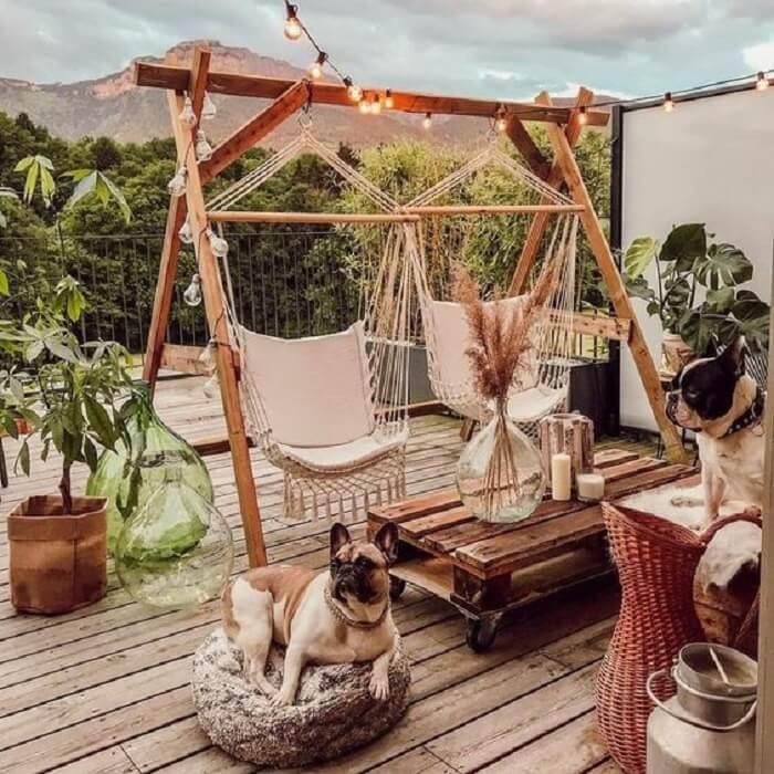 Varanda de madeira com balanços e doguinhos