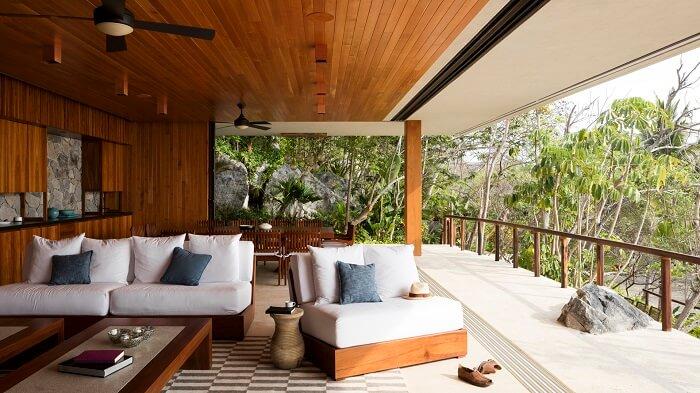 Varanda de madeira com móveis em tonalidade neutra