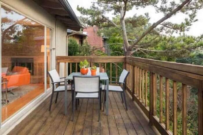 Varanda de madeira com mesa de 4 lugares