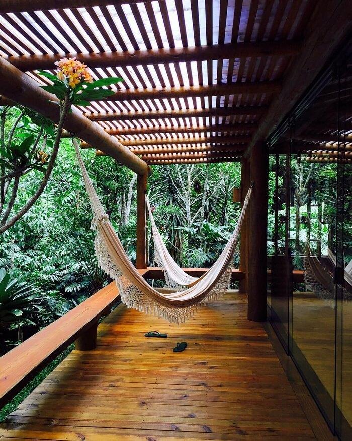 Varanda de madeira que se integra a natureza local