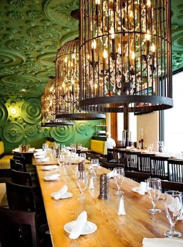 Gaiolas decorativas iluminam de forma especial a mesa retangular alongada