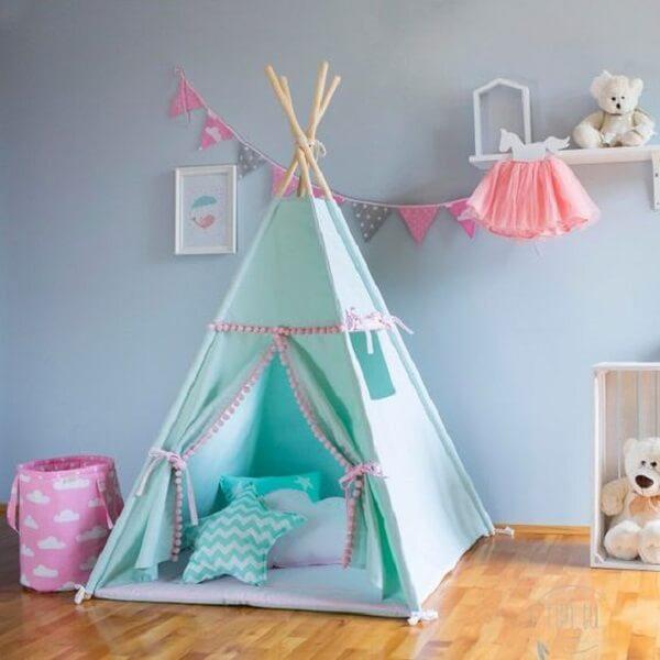 Cabaninha infantil para quarto de menina com almofadas estampadas.