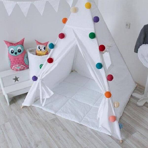 Cabaninha infantil branca com bolinhas coloridas