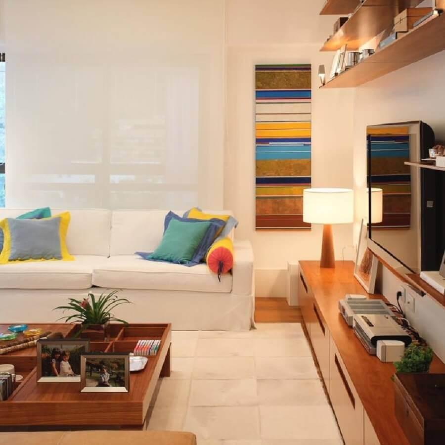 almofadas coloridas para decoração de sala com sofá branco Foto Adriana Valle Patricia Carvalho