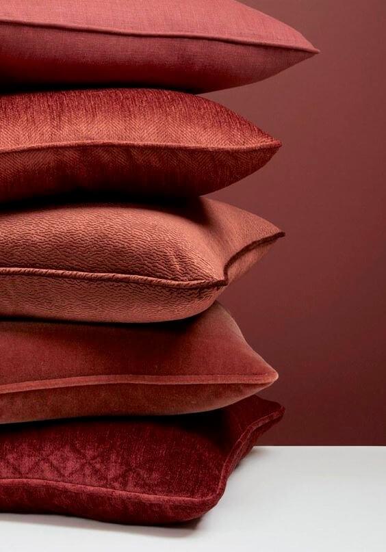 almofadas na cor marsala são lindas para sua decoração