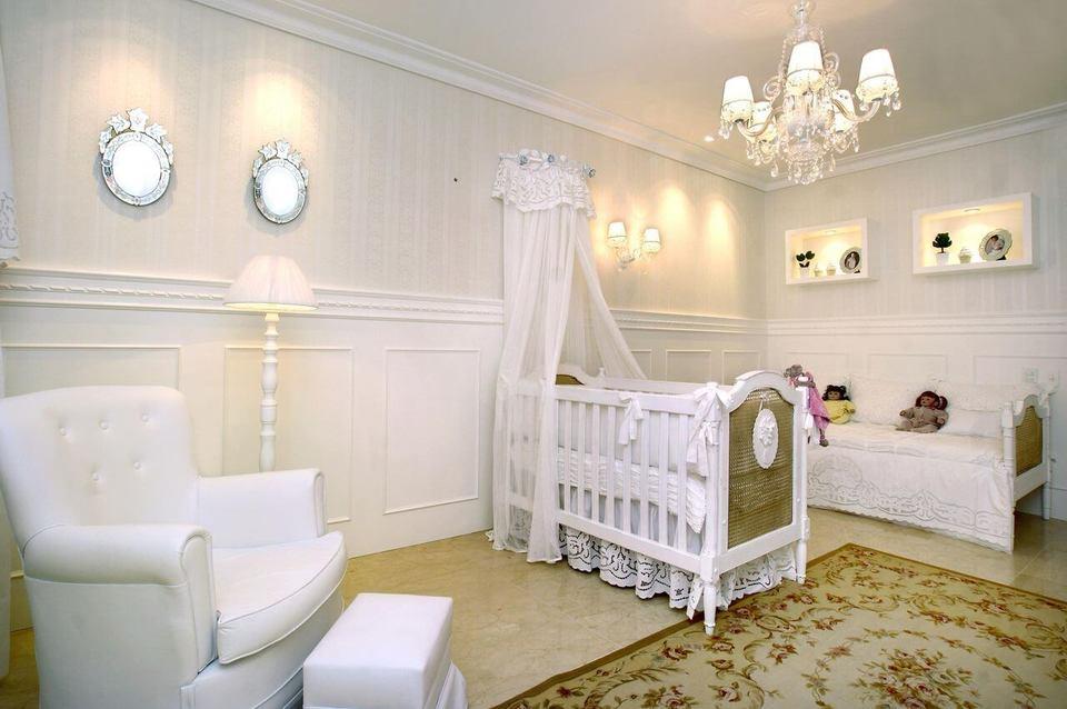 ambiente com marcenaria branca e papel de parede listrado
