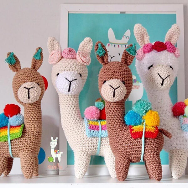 Enfeite as prateleiras do quarto com bichinhos de crochê