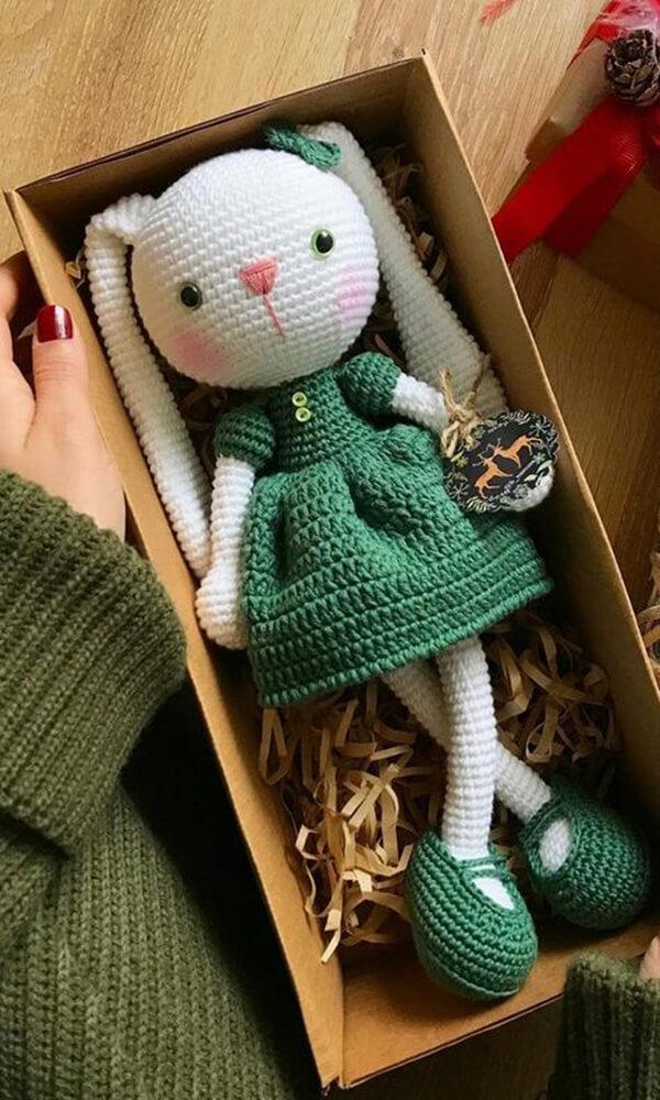 Coelha de crochê complementa a decoração do quarto infantil