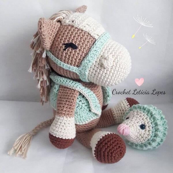 Cavalinho feito de amigurumi