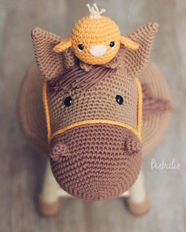Banquinho amigurumi de cavalinho