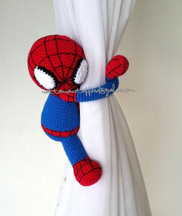 Amigurumi na decoração infantil em forma de prendedores de cortina de homem aranha