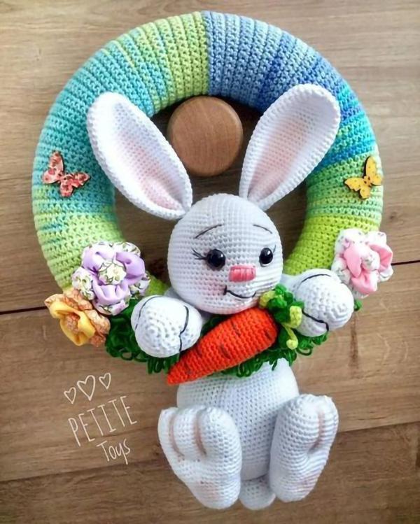 Decoração de guirlanda feita com amigurumi de coelho
